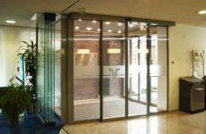 фото подвесные раздвижные двойные автоматические межкомнатные двери