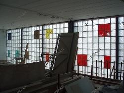 Вид изнутри помещения с внешними стеклоблочными перегородками
