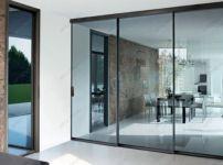 фото большие прозрачные стеклянные двери слайдинг система
