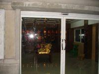 фото автоматические межкомнатные двери сбелые с металлическими ручками