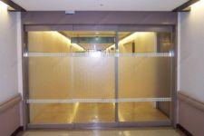 фото автоматические раздвижные межкомнатные двери с матовой вставкой