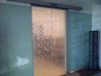 фото автоматические раздвижные межкомнатные двери с мотовым узором