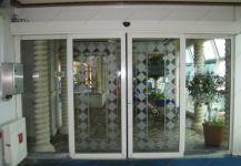 фото двойные раздвижные автоматические межкомнатные двери с матовым рисунком