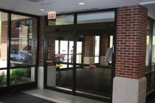 фото раздвижные автоматические межкомнатные двери с разделением посередине