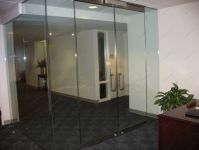 фото раздвижные подвесные автоматические межкомнатные двери с металлическими вставками и ручками