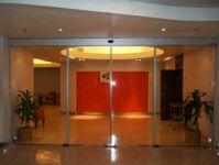 фото высокие подвесные прозрачные автоматические межкомнатные двери