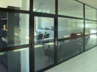 фото встроенные распашные алюминевые стеклянные двери в темной раме