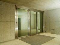 фото высокие алюминевые прозрачные стеклянные двери с вертикальной ручкой