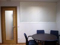 фото деревянные стеклянные двери сматовым стеклом и металлической ручкой