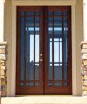фото распашные деревянные стеклянные двери с решеткой