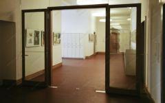 фото распашные двойные деревянные стеклянные двери