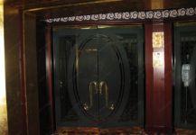 фото двойные двери с притвором и матовым нанесением