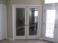 фото двойные распашные двери с притвором и гравирокой по краям стекла