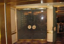 фото двойные распашные двери с притвором и матовым узором
