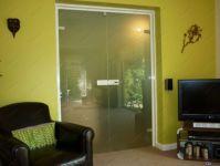 фото матовые двустворчатые стеклянные двери с металлической ручкой