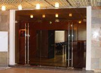 фото прозрачные двустворчатые стеклянные двери с высокими металлическими ручками