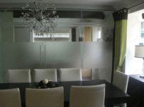 фото прозрачные распашные двустворчатые стеклянные двери с матированием
