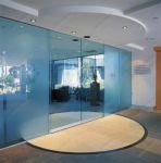 фото раздвижные двустворчатые стеклянные двери с эмблемой