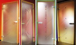 фото матовые одностворчатые стеклянные двери с прозрачной гравировкой