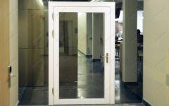 фото прозрачные двери с притвором в белом оформлении