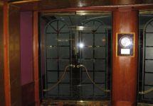 фото распашные тонированные двери с притвором
