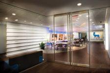 фото двойные прозрачные алюминевые межкомнатные маятниковые двери