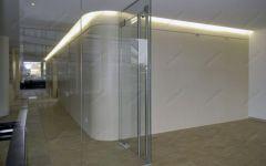 фото прозрачные цельностеклянные двери с металлическими ручками