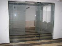 фото прозрачные с матовыми линиями цельностеклянные двери