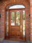 фото деревянные двери со стеклом для котеджа