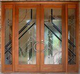 фото деревянные двери со стеклом для салона красоты