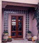фото деревянные двухпальные двери с витражным стеклом и стеклянной плиткой