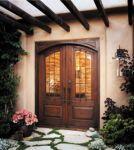 фото деревянные двухпальные двери со стеклом для частного дома