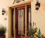 фото деревянные кованые двери со стеклом для частного дома