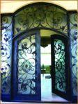 фото деревянные кованые входные двери со стеклом
