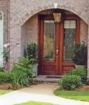 фото деревянные маятниковые двери со стеклом для загородного дома
