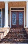фото деревянные распашные двери со стеклом для загородного дома