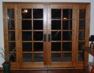 фото деревянные распашные двухстворчатые двери со стеклом