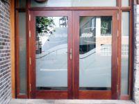 фото деревянные распашные входные двери со стеклом в ресторан