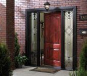 фото деревянные входные двери с элитным черным стеклом