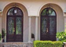 фото деревянные входные двери с витражным стеклом