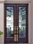 фото деревянные входные двери со стеклом