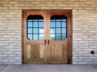 фото деревянные входные двери со стеклом и решеткой