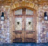 фото двухпольные деревянные двери со стеклом в музей