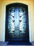 фото элитные кованые деревянные двери со стеклом