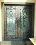фото кованые деревянные двери со стеклом для дачи