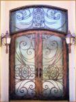фото кованые двухпальные деревянные двери со стеклом