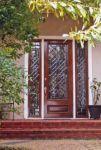 фото распашные деревянные двери с витражным стеклом