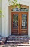 фото распашные двухпальные деревянные двери со стеклом