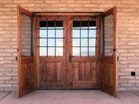 фото входные деревянные распашные двери со стеклом и железной решеткой