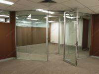 фото распашные прозрачные стеклянные радиусные двери